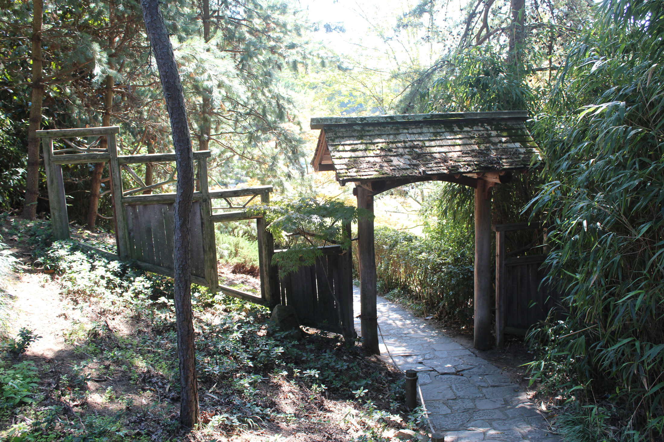 Wednesday inspiration japanese inspired garden gate for Make a japanese garden gate